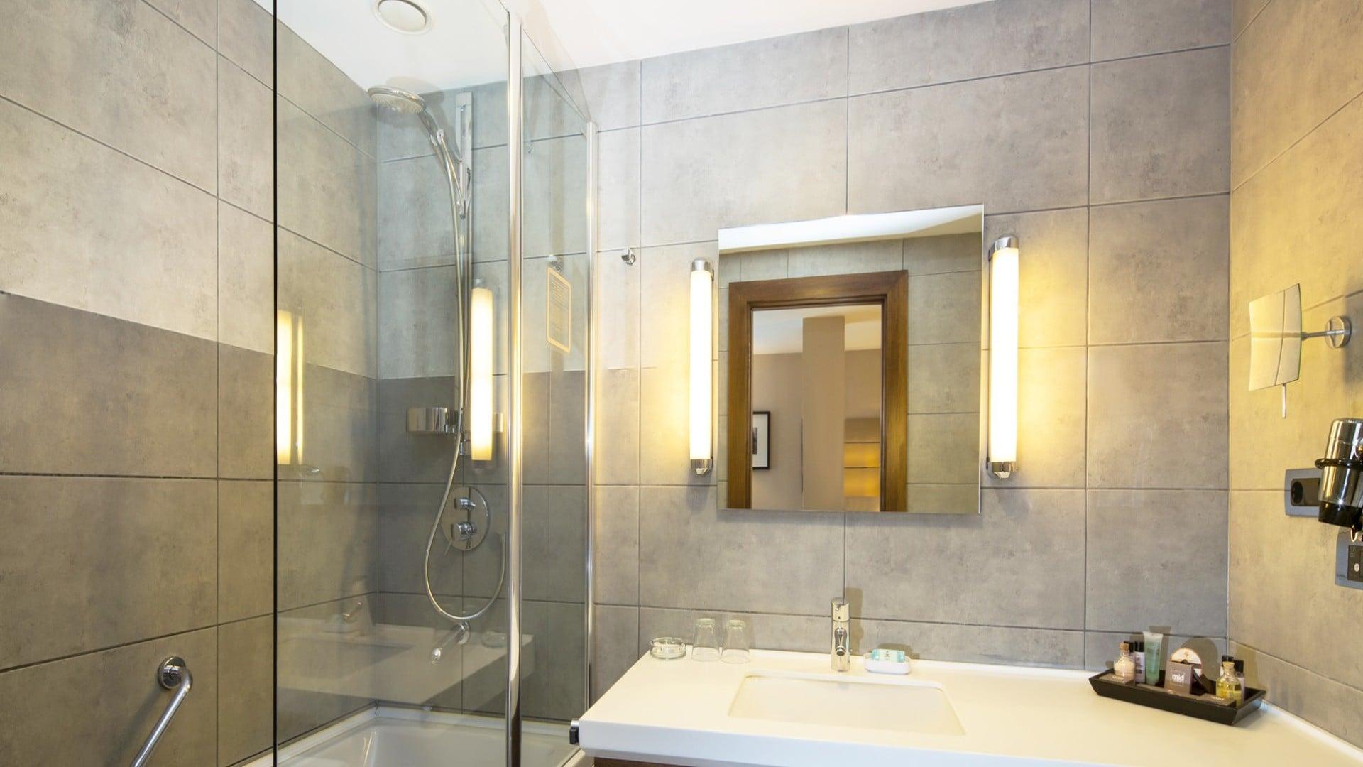 Midtown Hotel Deluxe Room Bathroom